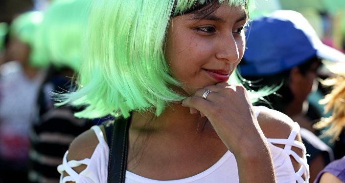 Una joven argentina con una peluca verde en la marcha del Día Internacional de la Mujer