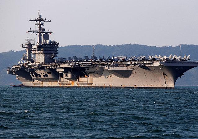 Carl Vinson, portaviones de EEUU, llega al puerto de Vietnam