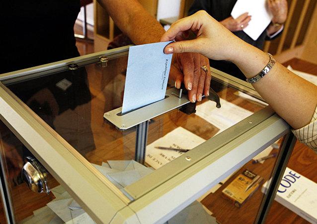 Una urna de votación