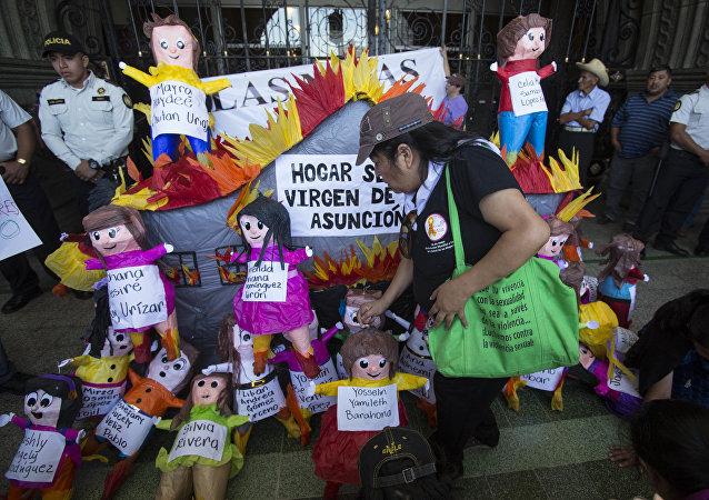 Activistas confeccionaron muñecas para recordar las 41 niñas muertas en el incendio