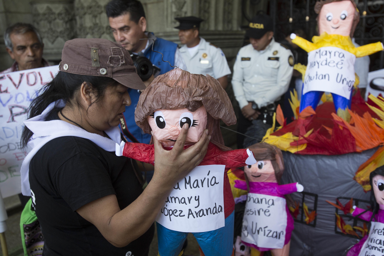 Las muñecas representan a las 41 niñas guatemaltecas que fallecieron en el incendio