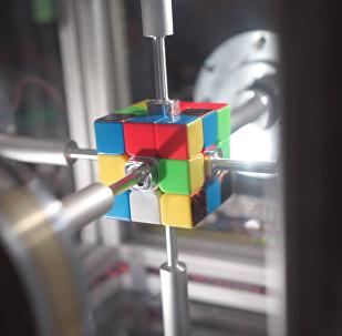 Sólo en cámara lenta podemos ver a este robot resolver un cubo de Rubik