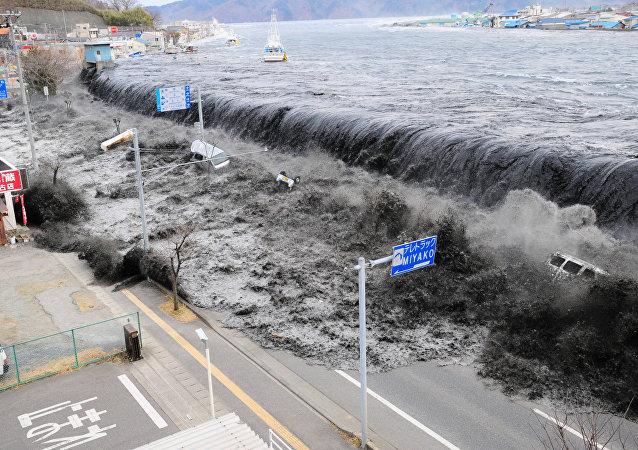 Un potente tsunami azota las costas nororientales de Japón