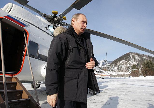 Presidente de Rusia, Vladímir Putin, saliendo del helicóptero (archivo)