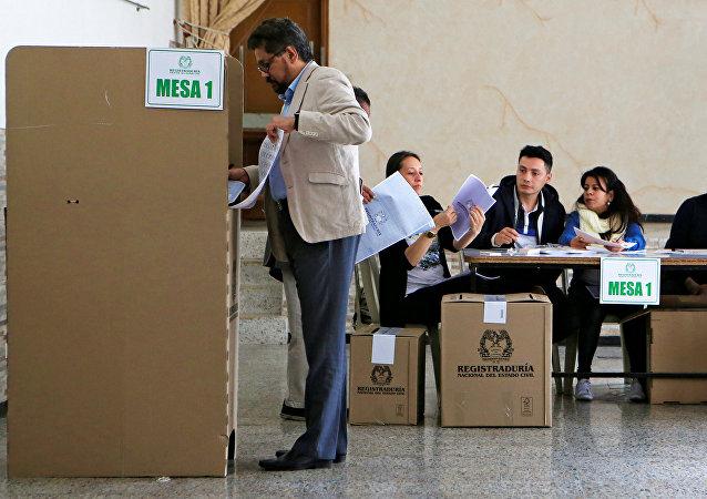 Iván Márquez, del partido FARC, vota en las elecciones legislativas en Colombia