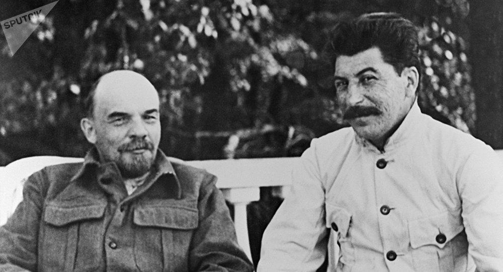 Los líderes soviéticos Vladímir Lenin y Iósif Stalin (archivo)