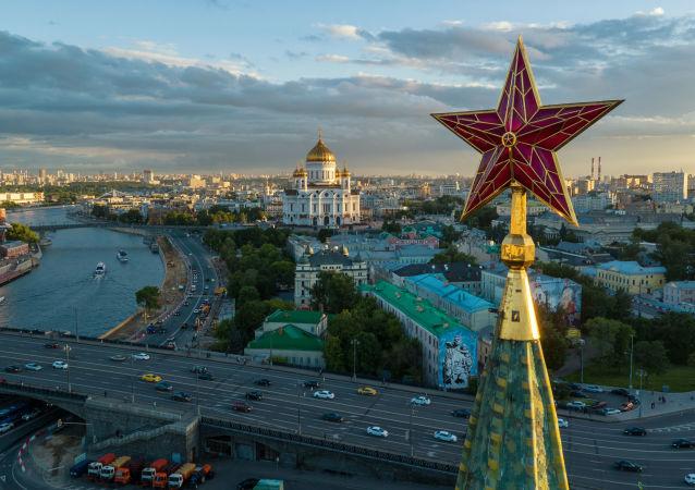 Una de las estrellas del Kremlin de Moscú, Rusia