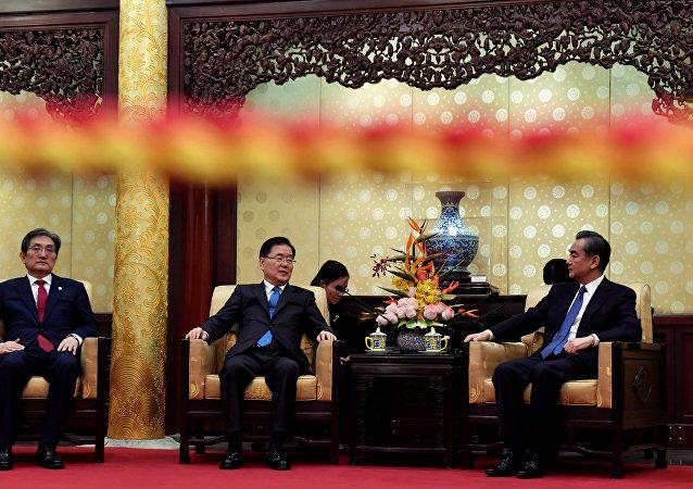 El consejero de seguridad nacional de Corea del Sur, Chung Eui-yong, y el consejero de Estado de China, Yang Jiechi