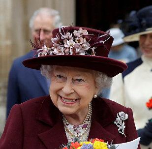 La reina Isabel II sale de la Abadía de Westminster en Londres