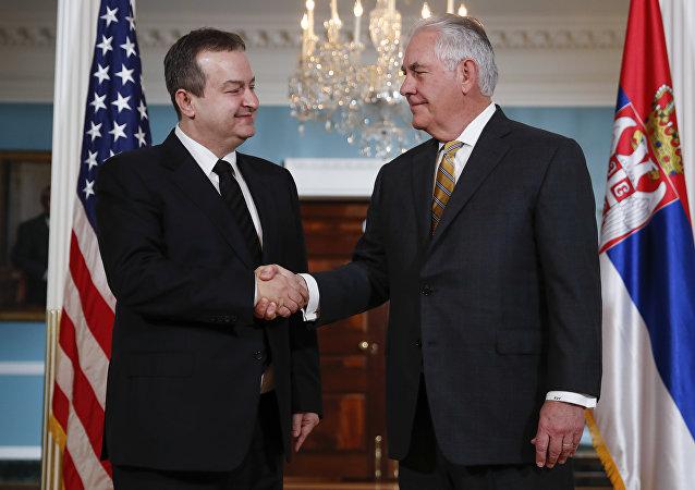 El secretario de Estado de EEUU, Rex Tillerson, estrecha la mano del ministro de Asuntos Exteriores de Serbia, Ivica Dacic