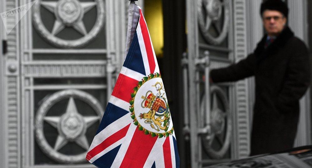 La bandera del Reino Unido en el coche del embajador británico en Moscú