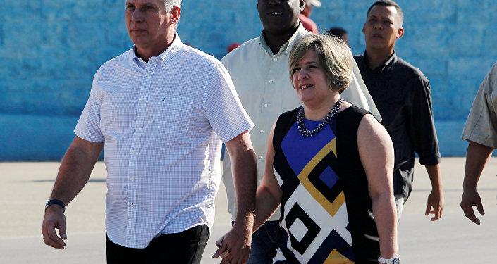 Díaz Canel acude a votar acompañado de su esposa Liz Cuesta