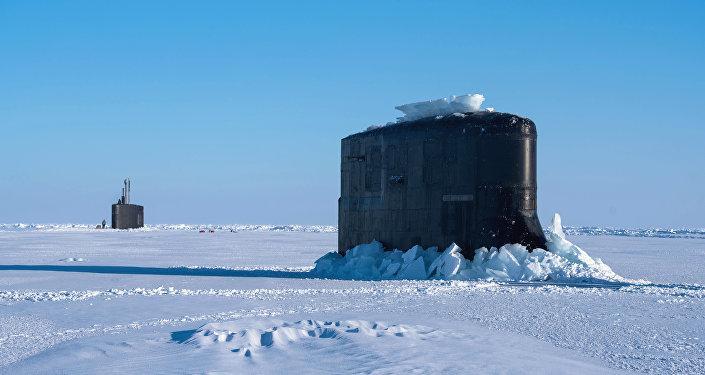 Los submarinos USS Connecticut y el USS Hartford emergen del hielo en el Ártico