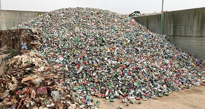 Una montaña de latas de refrescos