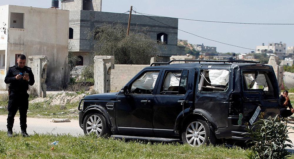Un vehículo del convoy del primer ministro palestino, Rami Hamdalá