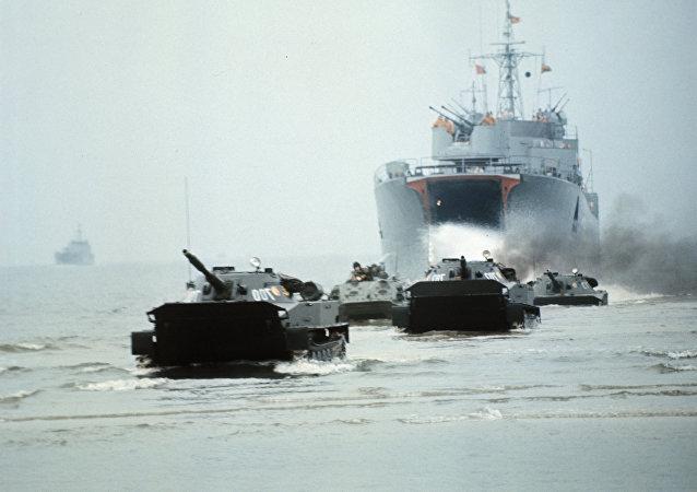 Vehículos blindados del Ejército Popular Nacional de Alemania del Este desembarcan en una playa durante unas maniobras (archivo)