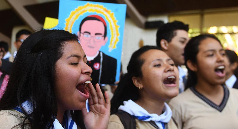 Los creyentes católicos celebran la canonización de monseñor Óscar Romero, arzobispo salvadoreño