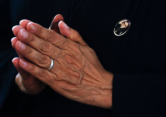 Un católico rezando tras la canonización de monseñor Óscar Romero, arzobispo salvadoreño