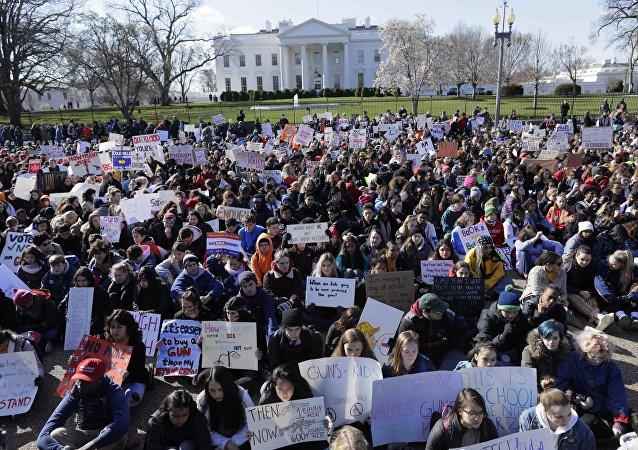 Los estudiantes se manifiestan frente a la Casa Blanca en Washington