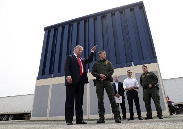 Donald Trump, presidente de EEUU, y los prototipos de un muro fronterizo en San Diego