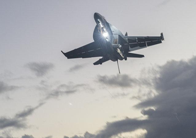 Un avión F/A-18 Super Hornet desplegado en el portaviones USS Nimitz de EEUU (archivo; noviembre 2017)