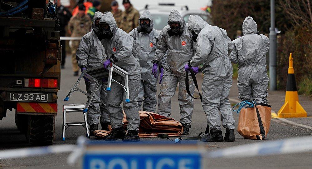 Un equipo de militares británicos trabajando en el lugar en el que Skripal y su hija se desplomaron en el suelo