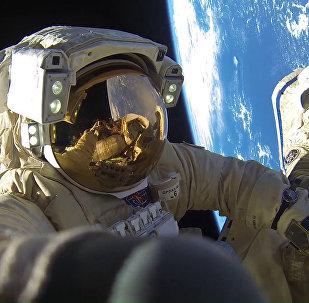 Cosmonautas de Roscosmos Antón Shkaplerov y Alexandr Misurkin durante una caminata espacial