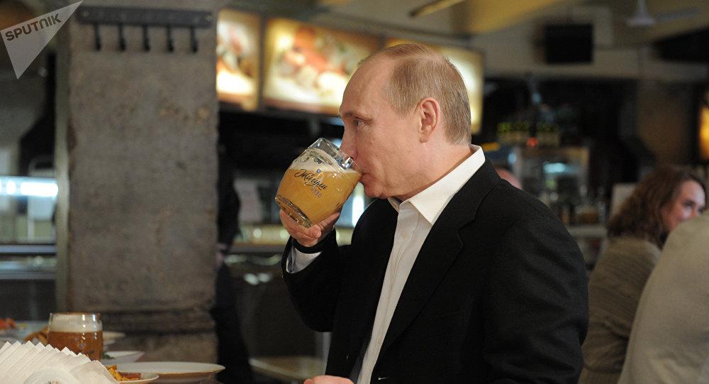 Vladímir Putin, presidente de Rusia, toma cerveza (archivo)