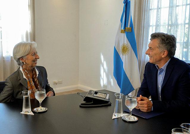 El presidente de Argentina, Mauricio Macri, junto a la directora del Fondo Monetario Internacional, Christine Lagarde