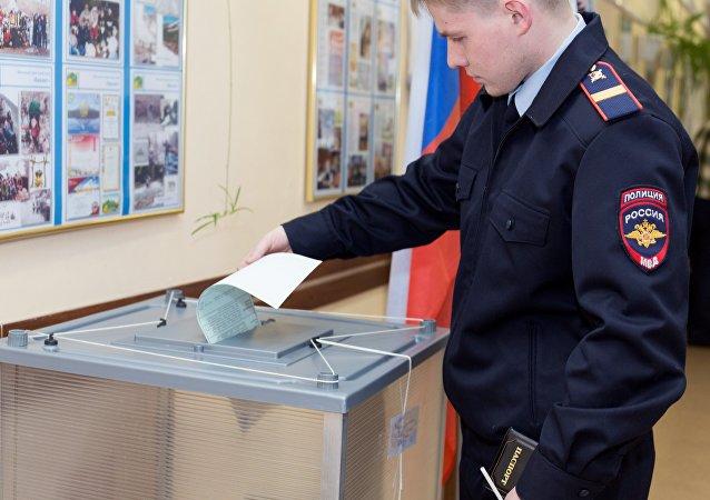 Un agente de policía votando durante las presidenciales rusas en Petropávlovsk-Kamchatski