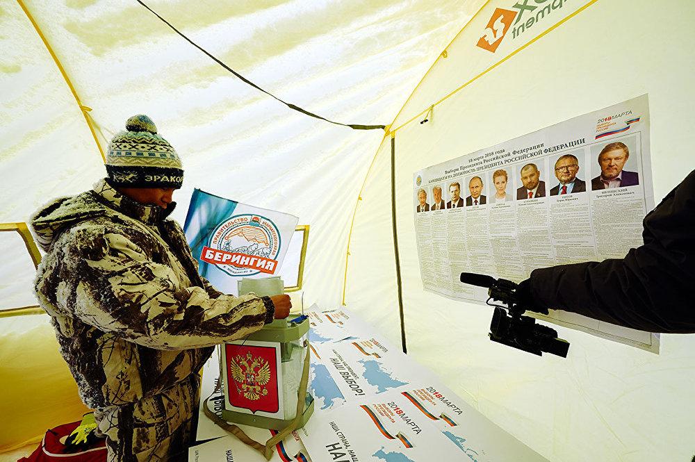 Un hombre votando durante la carrera 'Beringia'