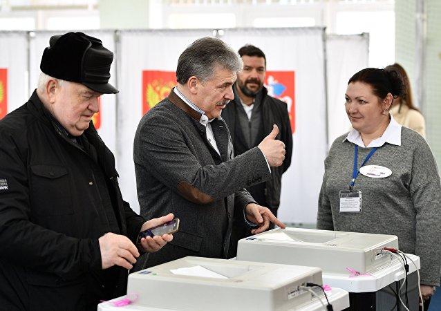 El aspirante a la presidencia rusa Pável Grudinin asiste a las urnas