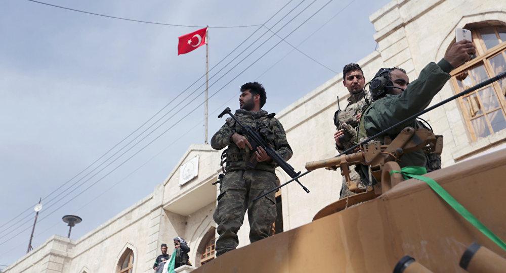 El Ejército turco iza la bandera en el centro de la ciudad siria de Afrín