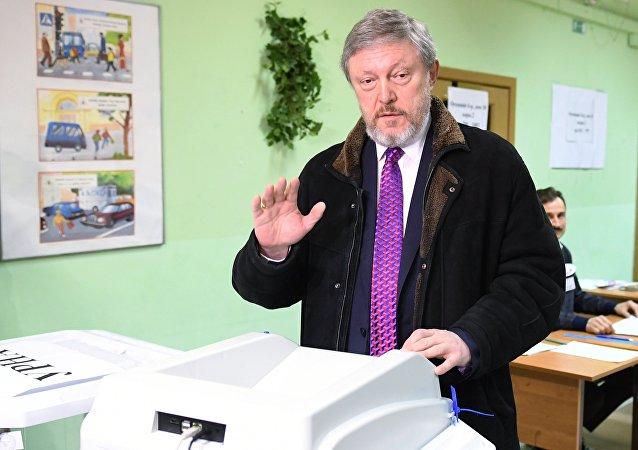Candidato Yavlinski vota en las presidenciales rusas