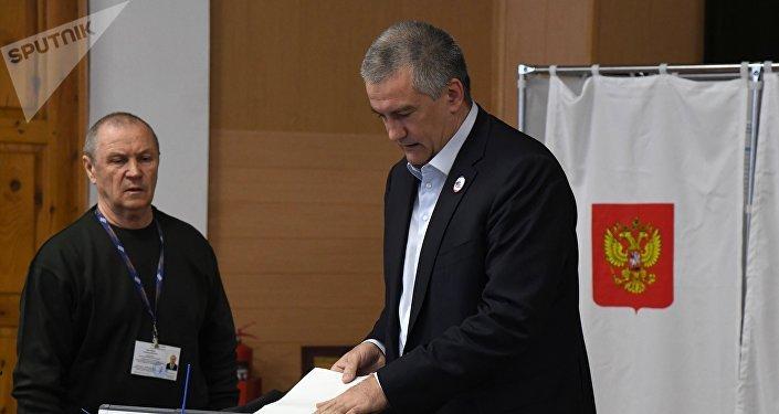 Serguéi Aksiónov, jefe de la República de Crimea, vota en las presidenciales rusas