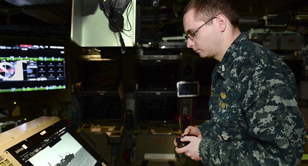 Un tripulante del USS Colorado utiliza el controlador Xbox