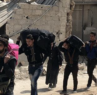 Civiles abandonando el suburbio de Damasco de Guta Oriental (archivo)