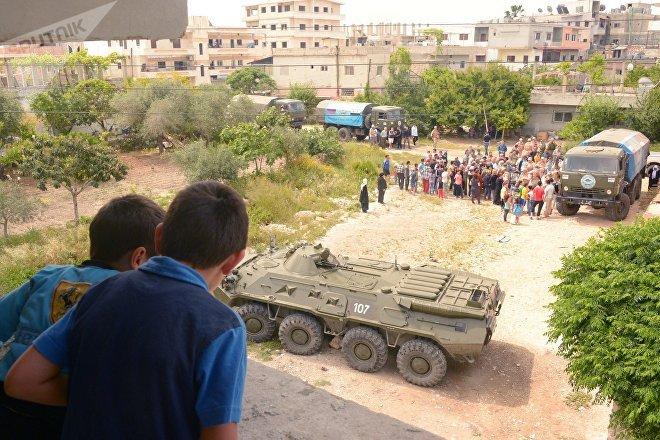 Convoyes del Centro ruso para la Reconciliación en Siria reparten ayuda humanitaria en el pueblo de Msheyrfa, el 25 de mayo de 2017