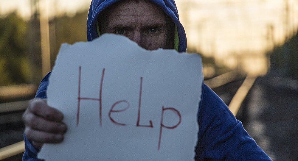Un hombre pide ayuda