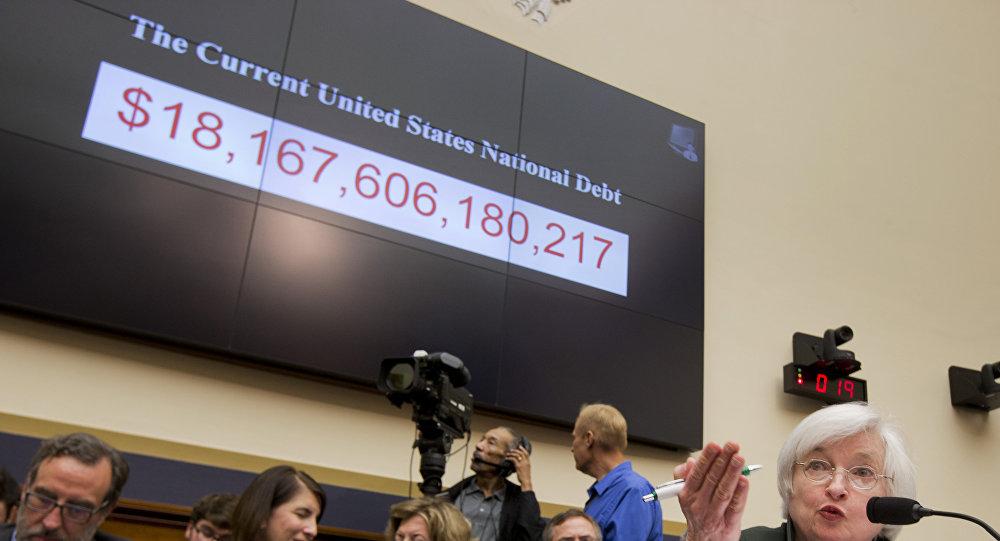 La presidenta de la Reserva Federal, Janet Yellen, bajo un gráfico actual de deuda nacional de Estados Unidos (imagen de archivo)