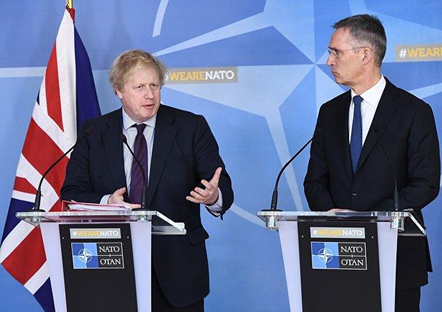El ministro de Asuntos Exteriores del Reino Unido, Boris Johnson, y el secretario general de la OTAN, Jens Stoltenberg
