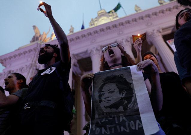 Manifestantes con un retrato de Marielle Franco, la consejal brasileña asesinada