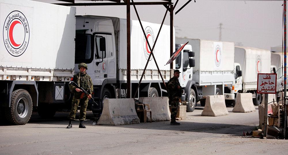 Militares rusos patrullan el convoy humanitario de Media Luna Roja (archivo)