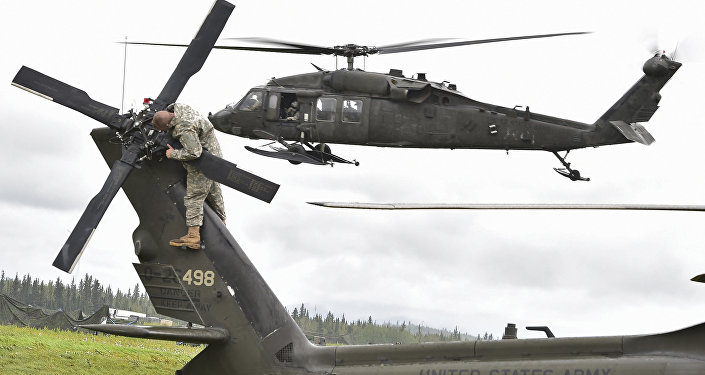 El helicóptero UH-60 Black Hawk y un militar estadounidense