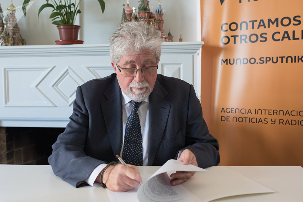 Firma del convenio entre la agencia Sputnik y la agencia de noticias uruguaya UY Press
