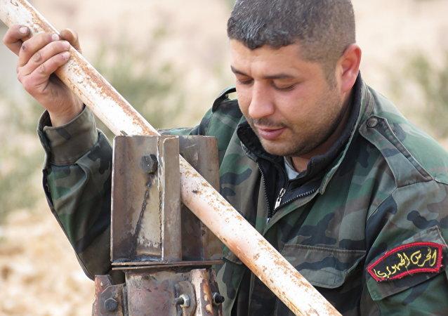 Un soldado sirio recicla basura de los terroristas