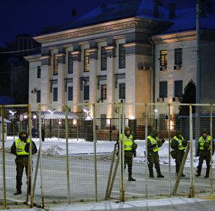 La policía de Ucrania cerca la Embajada de Rusia en Kiev el 18 de marzo