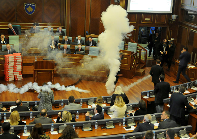 Gases lacrimógenos en el Parlamento de Kosovo