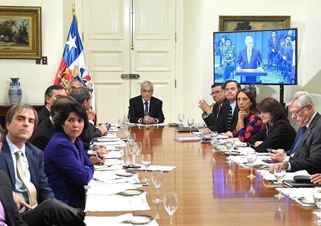 Sebastian Piñera, el presidente de Chile ve la transmisión en vivo desde el Corte Internacional de la Justicia (archivo)