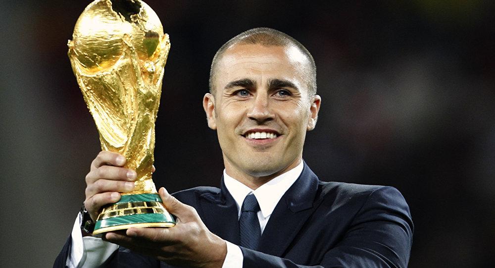 Fabio Cannavaro, futbolista italiano, sostiene el trofeo del Mundial de fútbol
